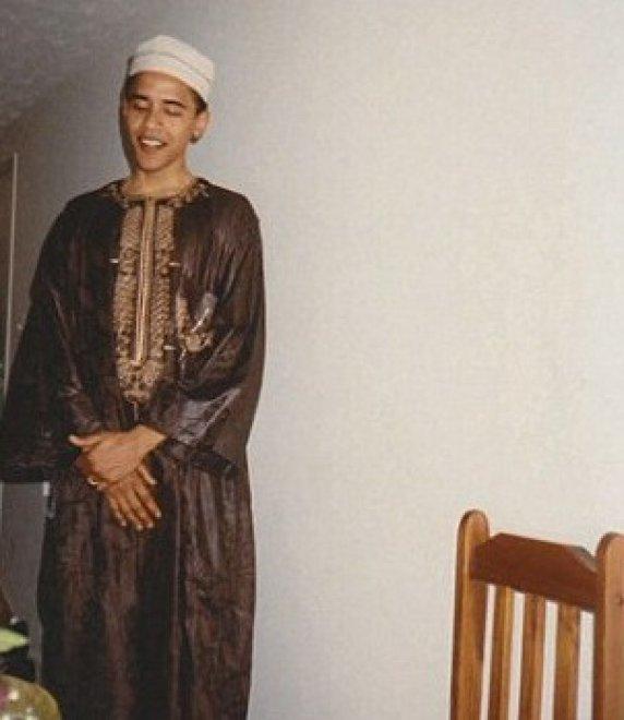 Un Barack Obama giovanissimo che indossa l'abito tradizionale musulmano. E' quanto si vede nelle foto mostrate in diretta tv da Billi O'Reilly su Fox News03