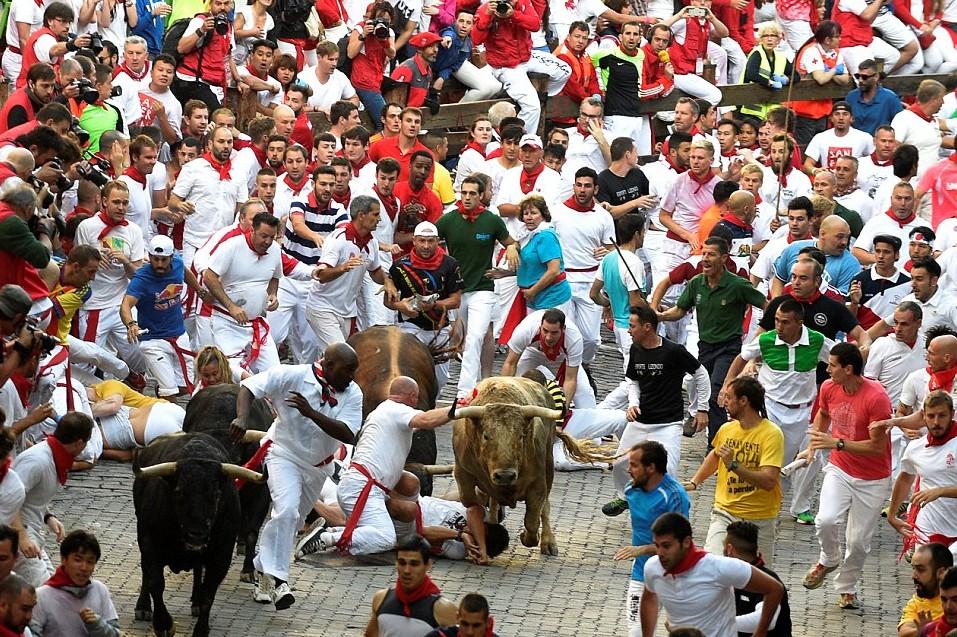Pamplona, corsa tori inizia con...ubriachi in strada e donne senza maglietta