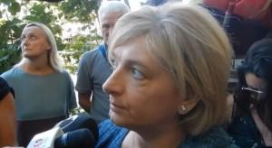 """Virginia Raggi, rom scrivono: """"Rovistiamo nei cassonetti perché poveri"""" (L'assessore all'Ambiente Paola Muraro)"""