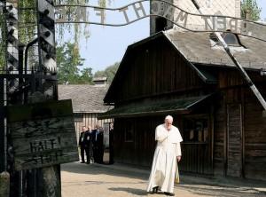 """Papa Francesco ad Auschwitz sotto la scritta """"Arbeit Macht Frei"""""""