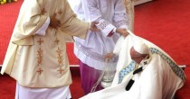 Madonna Nera Papa Francesco inciampa presso la santa icona