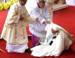Papa Francesco inciampa davanti alla Madonna Nera di Czestochowa