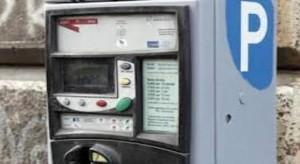 Strisce blu, contrordine: si paga anche senza bancomat