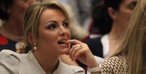 """Guarda la versione ingrandita di Berlusconi dimesso da ospedale, Libero: """"Dov'è la Pascale?"""""""