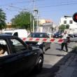 Puglia, passaggio a livello si chiude: auto intrappolate mentre passa treno FOTO 2