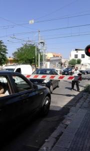 Guarda la versione ingrandita di Puglia, passaggio a livello si chiude: auto intrappolate mentre passa treno FOTO