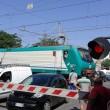 Puglia, passaggio a livello si chiude: auto intrappolate mentre passa treno FOTO 3