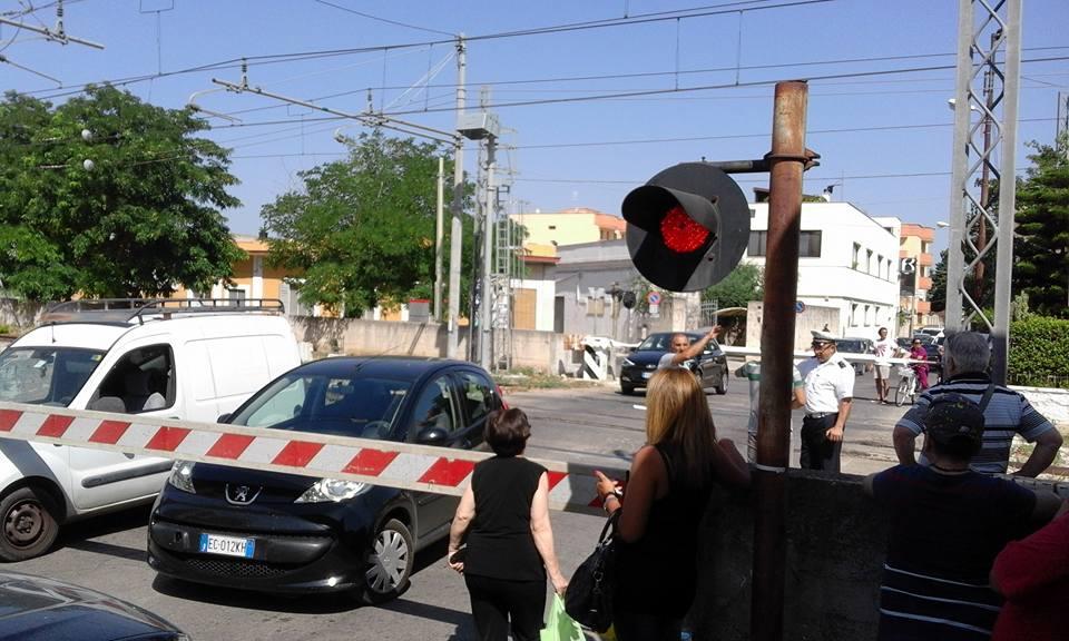 Puglia, passaggio a livello si chiude: auto intrappolate mentre passa treno FOTO 4