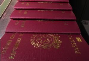 Passaporti destinati al macero venduti in Siria e Iraq: 11 arresti