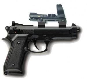 Viene superato in autostrada e spara con la pistola ad aria compressa