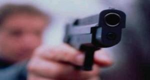"""Lei lo invita a casa, lui si presenta con pistola: """"Dammi i soldi"""""""