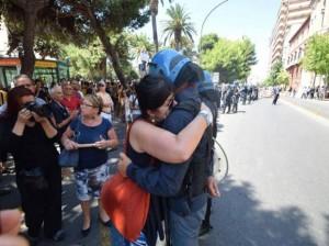Ilva, il poliziotto che ha sconfitto il cancro e l'abbraccio alla donna che protesta