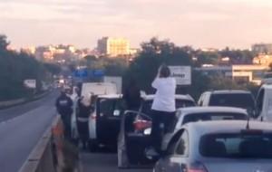 Roma, via Pontina chiusa per roghi sterpaglie: traffico in tilt (La Pontina bloccata in una foto di repertorio)