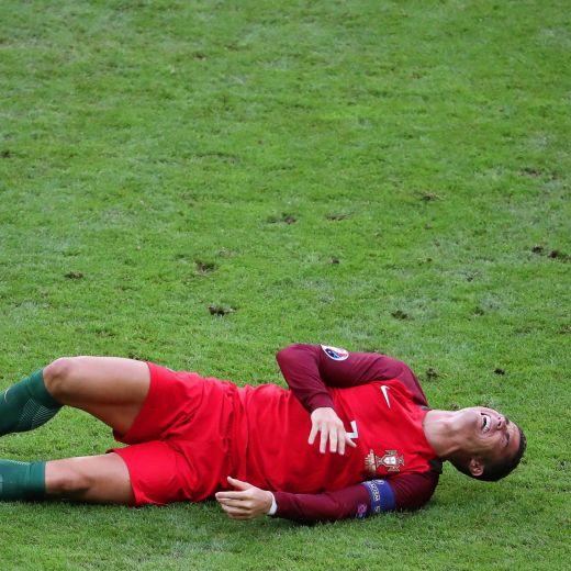 Cristiano Ronaldo fuori dalla finale dopo 23 minuti di gioco. Al suo posto è entrato in campo Ricardo Quaresma (foto Ansa)