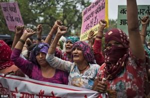 India, pestata e abusata da cinque uomini. Tre anni dopo gli stessi 5...