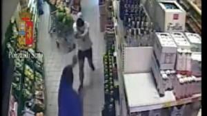 Guarda la versione ingrandita di YOUTUBE Rapina armata al supermercato: nella banda una 13enne