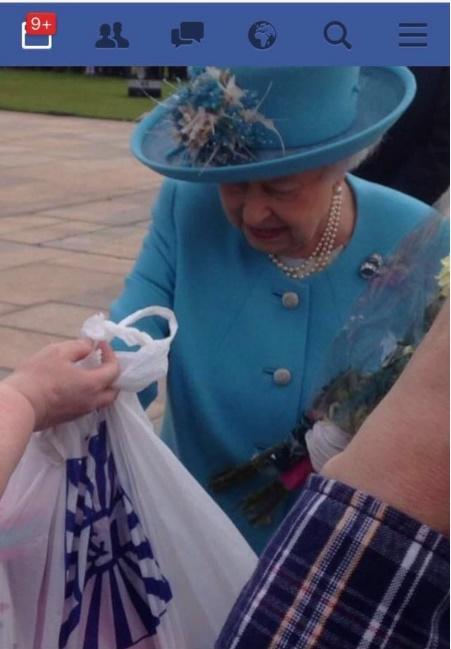 Regina Elisabetta, fan le dà regali del discount per George e lei...
