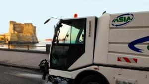 Napoli, parcheggiano camion rifiuti sul marciapiede e vanno al bar VIDEO