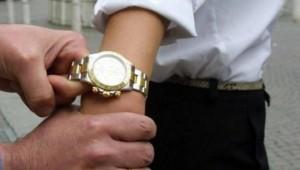 Napoli: scippata del Rolex, polizia prende ladro e restituisce orologio