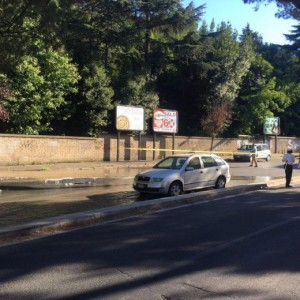 Roma, voragine in strada: sott'acqua via vicino a San Pietro