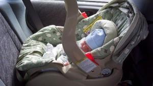 Ruba auto con neonato a bordo: lo lascia davanti a un portone