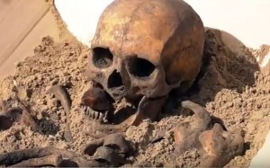 Guarda la versione ingrandita di YOUTUBE Scheletro vampiro: seppellito con sasso in bocca perché...