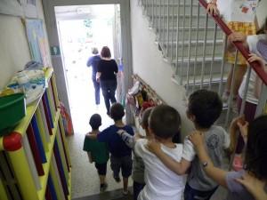 Guarda la versione ingrandita di Genzano, incendio sotto la scuola: 40 bimbi salvati da polizia