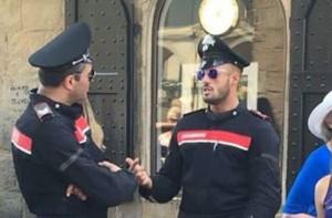 Carabinieri, la nuova divisa attillata fa impazzire i gay