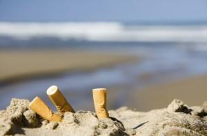 Cagliari, turista spegne sigaretta nella sabbia: multata 200€