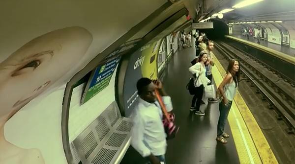 YOUTUBE Si sente metro arrivare, ma il treno non c'è03
