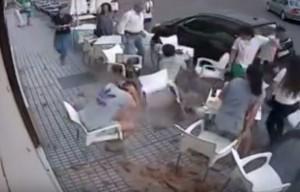YOUTUBE Spagna, cornicione si stacca e travolge ragazzi al bar