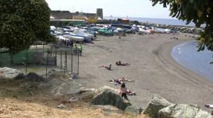 "Genova, lanciano sassi a Punta Vagno: bagnanti li ""arrestano"""