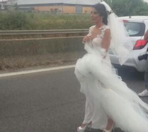 Guarda la versione ingrandita di Pontina, traffico in tilt per incendi: c'è anche la sposa bloccata