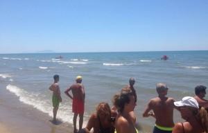 Guarda la versione ingrandita di Allarme squalo a Mondragone: visto vicino a riva, stop bagni