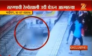 Guarda la versione ingrandita di VIDEO YOUTUBE Ragazzo si getta sotto il treno in arrivo: pendolari sotto shock