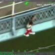 VIDEO YOUTUBE Tenta di gettarsi dal ponte di Manhattan e rima 4ne appeso