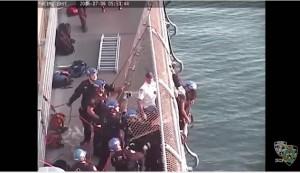 Guarda la versione ingrandita di VIDEO YOUTUBE Tenta di gettarsi dal ponte di Manhattan e rimane appeso