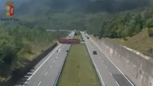 VIDEO Tir fa inversione in autostrada: tragedia sfiorata su A15
