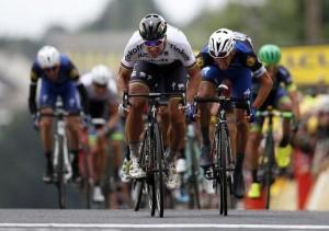 Guarda la versione ingrandita di Sagan vince la seconda tappa e prende la maglia gialla (foto Ansa)