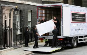 moglie di David Cameron, Samantha, ha iniziato a preparare il trasloco, Il camion dei trasportatori è atteso per venerdì. Sui siti dei giornali sono comparse le foto di 9 anni fa, quando i Cameron presero possesso della residenza.