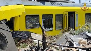 Guarda la versione ingrandita di Scontro treni Puglia, sopravvissuti: