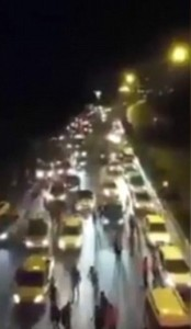 Guarda la versione ingrandita di YOUTUBE Turchia, carro armato golpisti travolge pedoni e auto
