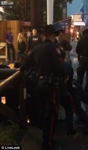 ubriaco prova a rubare taser a poliziotti massacrato5