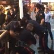 ubriaco prova a rubare taser a poliziotti massacrato2