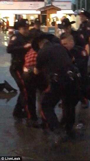 ubriaco prova a rubare taser a poliziotti massacrato4