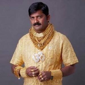 Va in giro con camicia d'oro da 230 mila euro, ucciso davanti al figlio