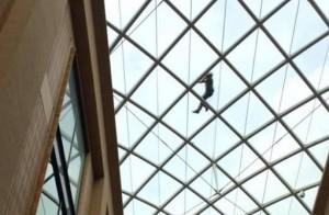 YOUTUBE Festeggia nuovo lavoro, beve e si ritrova sul tetto di un centro commerciale