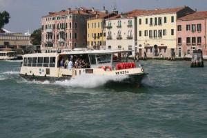 Venezia: si sente male su vaporetto, c'è chi protesta per lo stop
