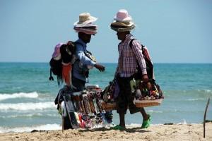 Guarda la versione ingrandita di Venditori abusivi picchiano tre agenti in spiaggia a Follonica