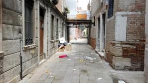 Venezia piena di rifiuti per sciopero netturbini di Veritas